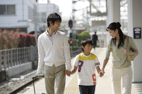 駅のホームを歩く家族の素材 [FYI00916650]
