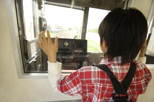 電車の運転席を眺めている男の子の素材 [FYI00916653]