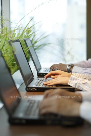 パソコンをしている人たちの手元の素材 [FYI00916655]