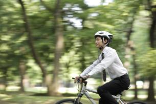 緑の中を自転車で走る男性の素材 [FYI00916658]