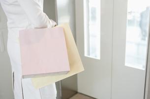 ショッピングバッグを持つ女性の素材 [FYI00916665]
