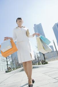 ショッピングバッグを沢山持つ女性の素材 [FYI00916689]