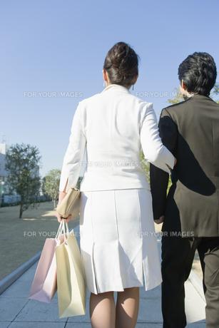 ショッピング帰りのカップルの素材 [FYI00916701]