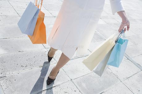 ショッピングバッグを沢山持つ女性の素材 [FYI00916707]