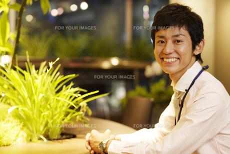 テーブルに座った若いビジネスマンの素材 [FYI00916720]
