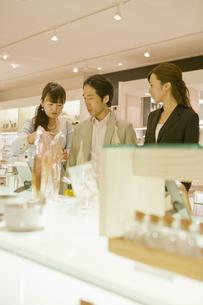 化粧品売り場の夫婦と店員の素材 [FYI00916721]