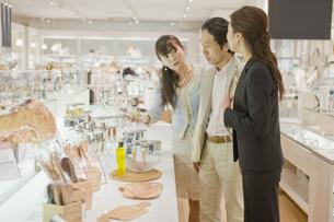 化粧品店で買い物をする夫婦の素材 [FYI00916727]