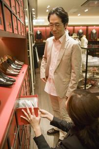 革靴を選ぶ男性と店員の素材 [FYI00916738]