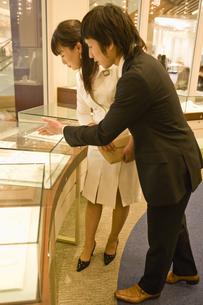 宝石を選ぶ女性と店員の素材 [FYI00916752]