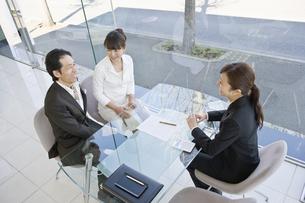 商談する夫婦と店員の素材 [FYI00916761]
