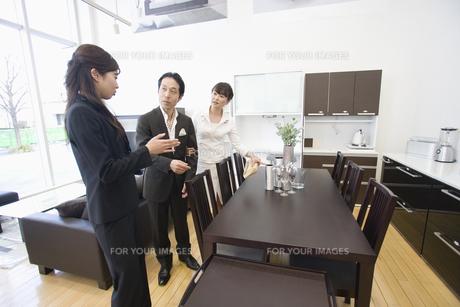 家具を選ぶ夫婦と店員の素材 [FYI00916776]