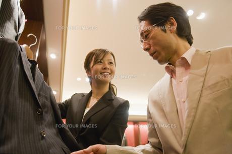 スーツを選ぶ男性と店員の素材 [FYI00916780]