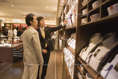 ネクタイを選ぶ男性と店員の素材 [FYI00916786]