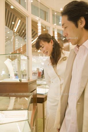 ネックレスを見るカップルの素材 [FYI00916791]