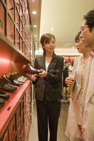 革靴を選ぶ夫婦と店員の素材 [FYI00916806]
