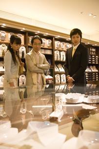 服を選ぶ夫婦と男性店員の素材 [FYI00916810]