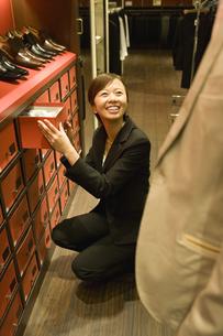 靴を選ぶ男性と女性店員の素材 [FYI00916818]