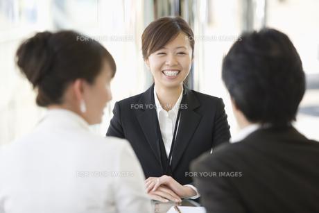 商談する夫婦と店員の素材 [FYI00916820]