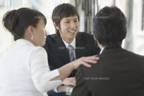 商談する夫婦と店員の素材 [FYI00916824]