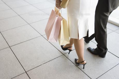 ショッピング中のカップルの素材 [FYI00916838]