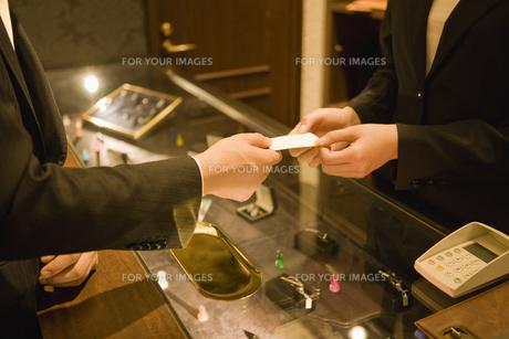 カードを店員に手渡す客の素材 [FYI00916854]