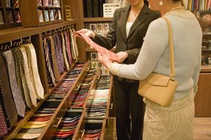 ネクタイを選ぶ女性と店員の素材 [FYI00916859]