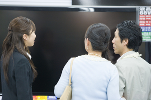 テレビを選ぶ夫婦と店員の素材 [FYI00916868]