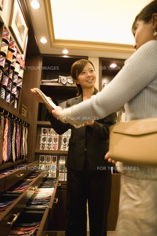 ネクタイを選ぶ女性と店員の素材 [FYI00916919]