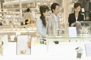 食器を選ぶ夫婦と店員の素材 [FYI00916997]