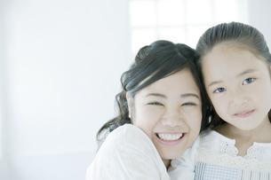 笑顔の母と娘の素材 [FYI00917684]