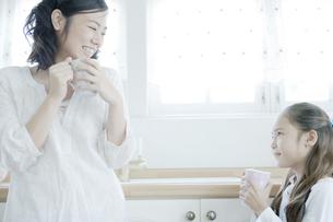 マグカップを手に持つ母と娘の素材 [FYI00917713]