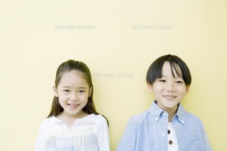 笑顔の男の子と女の子の素材 [FYI00917714]