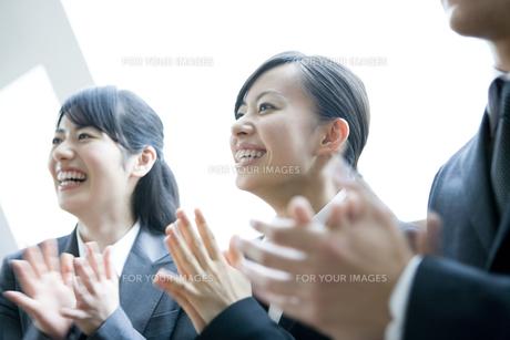 拍手をするビジネスウーマンたちの素材 [FYI00917973]