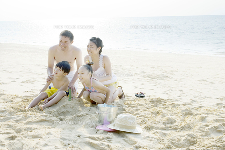 砂浜に座るファミリーの素材 [FYI00918050]