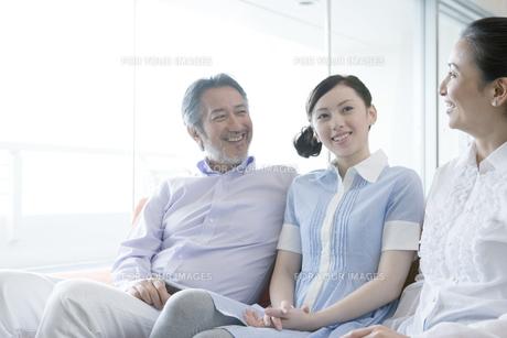 笑顔で会話をしている家族の素材 [FYI00918089]