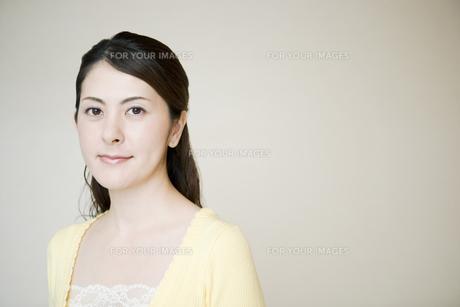 微笑む女性の素材 [FYI00918275]