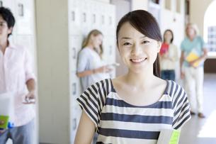笑顔の女子学生の素材 [FYI00918357]