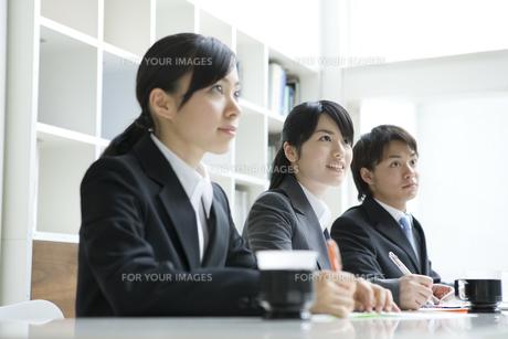 研修を受ける男女の新入社員の素材 [FYI00918392]