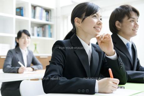 研修を受ける男女の新入社員の素材 [FYI00918421]