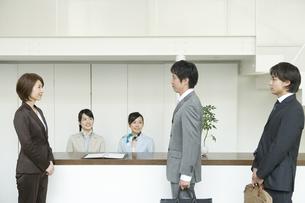 挨拶をするビジネスマンの素材 [FYI00918461]
