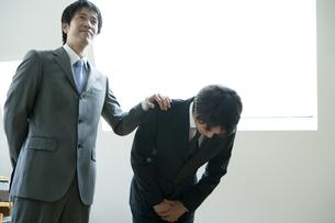 上司に紹介される挨拶をする男性の素材 [FYI00918507]