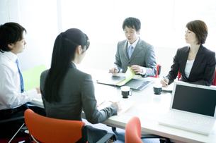 会議中のビジネスマンとビジネスウーマンの素材 [FYI00918631]