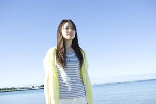 海の前で佇む女性の素材 [FYI00918717]