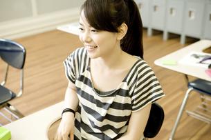 教室で勉強する女子学生の素材 [FYI00918738]