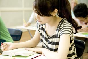 教室で勉強する女子学生の素材 [FYI00918774]