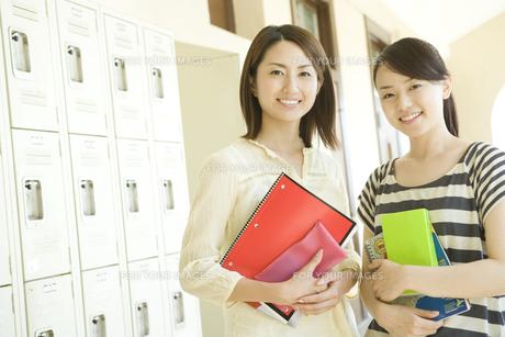笑顔の女子学生の素材 [FYI00918782]
