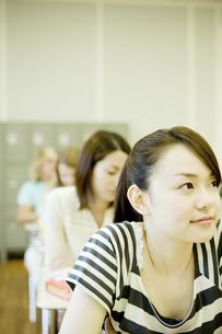 教室で勉強する女子学生の素材 [FYI00918799]