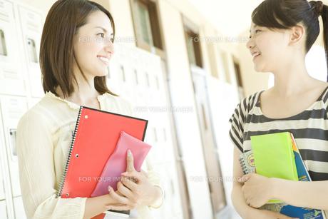 笑顔で見つめあうふたりの女子学生の素材 [FYI00918828]