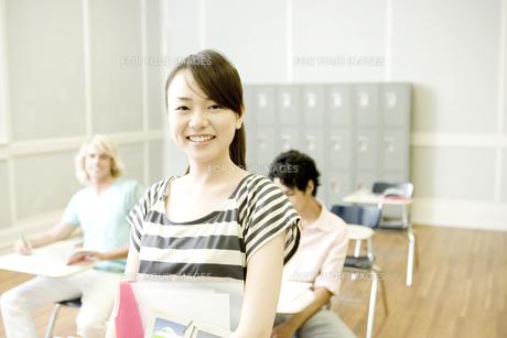 教室で微笑む女子学生の素材 [FYI00918836]