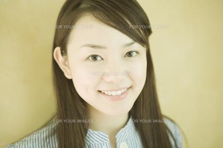 笑顔の女性のポートレートの素材 [FYI00918841]
